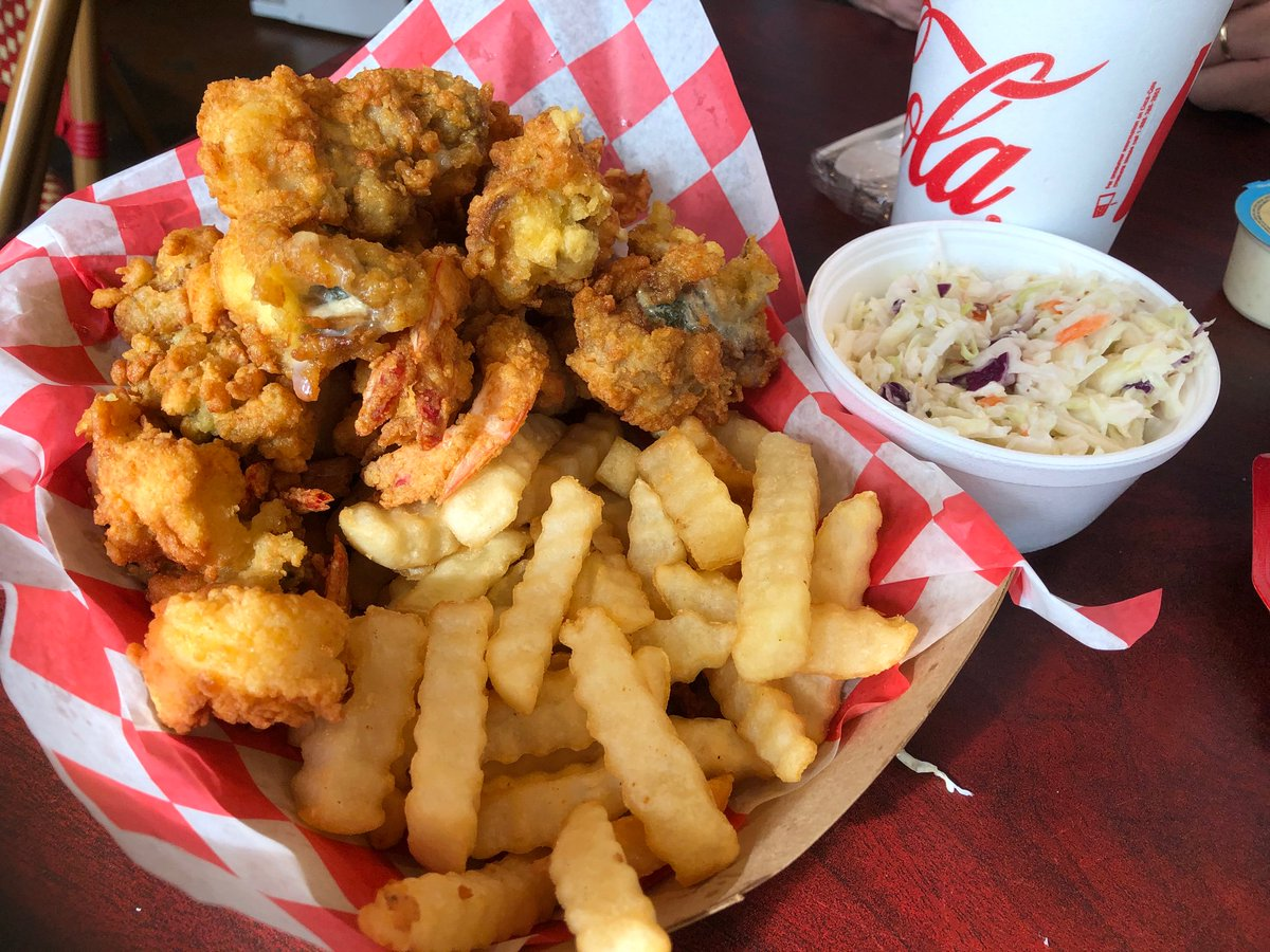 Just had lunch at Jekyll Market. We bought a shrimp & oyster platter big enough for two! So good! @jekyll_island. https://t.co/wIhdLbCSnr