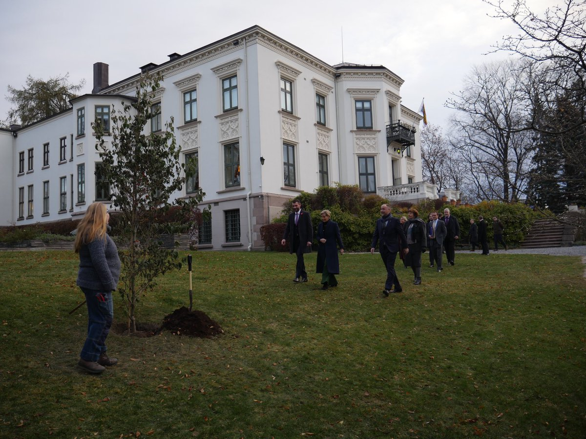 This morning HRH The Countess of Wessex planted a Dogwood tree to mark the start of the laying out of the Queen Maud Garden at @ukinnorway. @Oslokommune @MarianneBorgen and representatives from The Norwegian Palace were also in attendance #UKandNorway @RichWoodUK @RoyalFamily