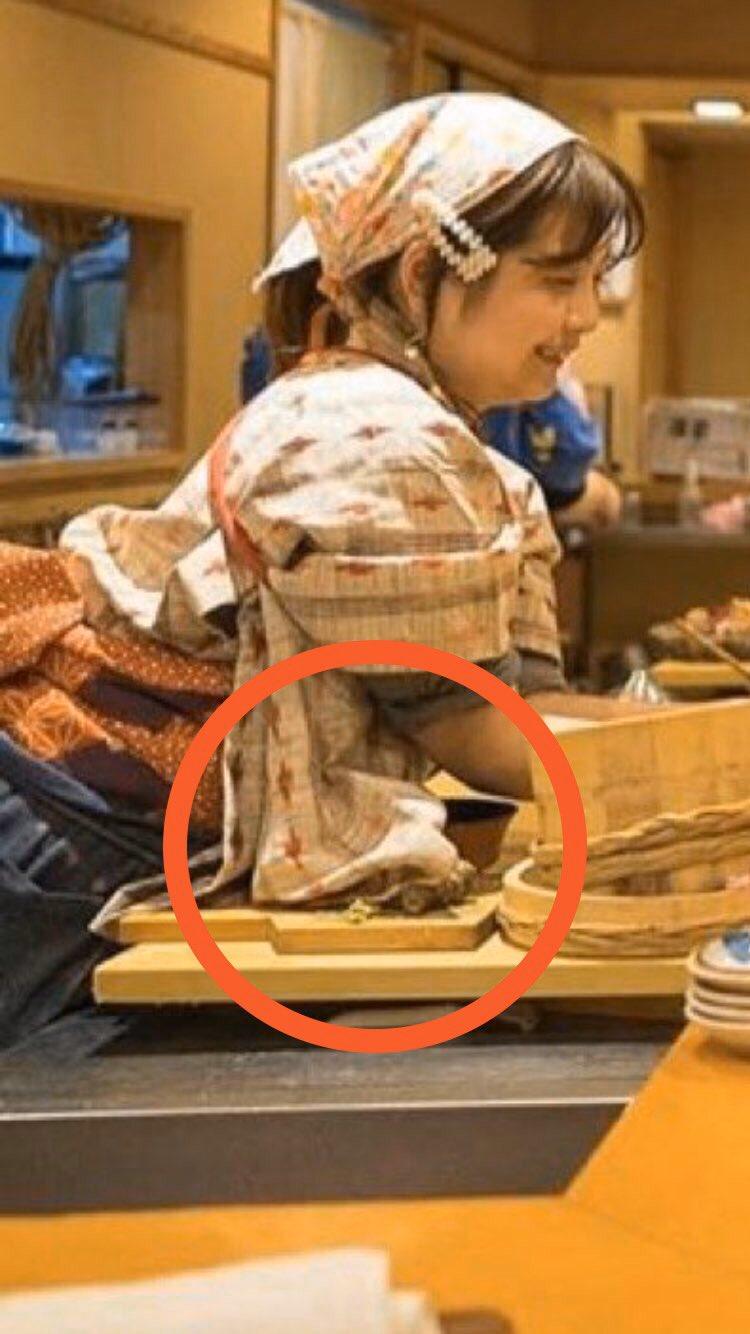 なでしこ寿司 店長の袖がまな板についている画像