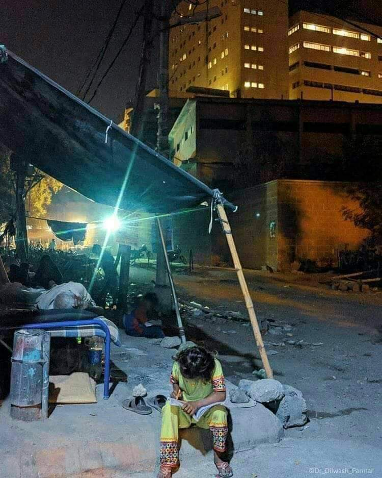 Have a look at this young girl who is studying under the street lights outside the SIUT as she has to stay there for her fathers kidney treatment. Pic via Anis Uddin #Karachi #Respect #EducationForAll #MaShaAllah