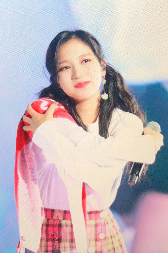 Mina in pigtails giving air hugs omg the best picture ever 🥺