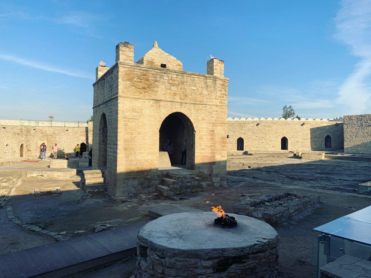 カンファレンス、CROSSの登壇が終わったので、アゼルバイジャン観光に出ました🇦🇿ゾロアスター寺院。天然ガスでずっと炎が立っています。アゼルバイジャンの仮想通貨取引所CROSSに登録❣️