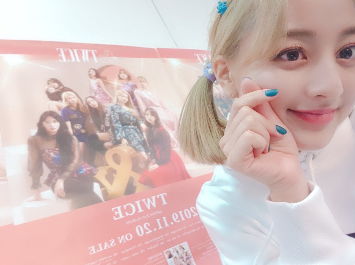 Jihyo posted new selcas with her blonde hair on ONCE Japan! 💛 #MAMAVOTE #twice
