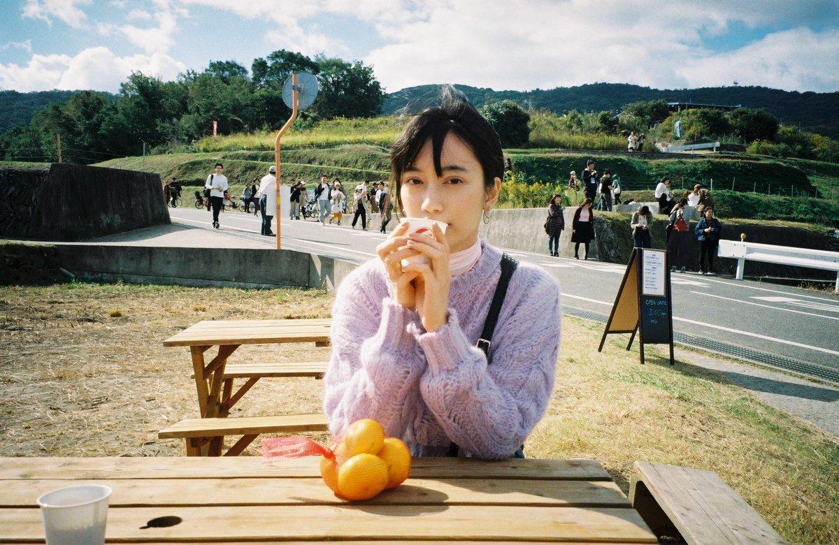 test ツイッターメディア - フィルムを現像するまでが旅だね。 豊島美術館の整理券待ち時に4つで150円の甘いみかんとコーヒーで休憩してたら、フードトラックのおじちゃんが撮ってくれた写真。 https://t.co/1h0xFOOiZf