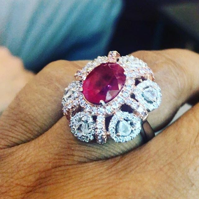 This can't be happening this gorgeous deep red Ruby 5 carats size surrounded with incredible diamonds!!! #royalty #finejewelry #luxurylifestyle #styleinspiration! . #ruby #diamonds #rubiesanddiamonds . Guess the price in the comments below!! One … https://ift.tt/34wLXrepic.twitter.com/PGItHDytzD