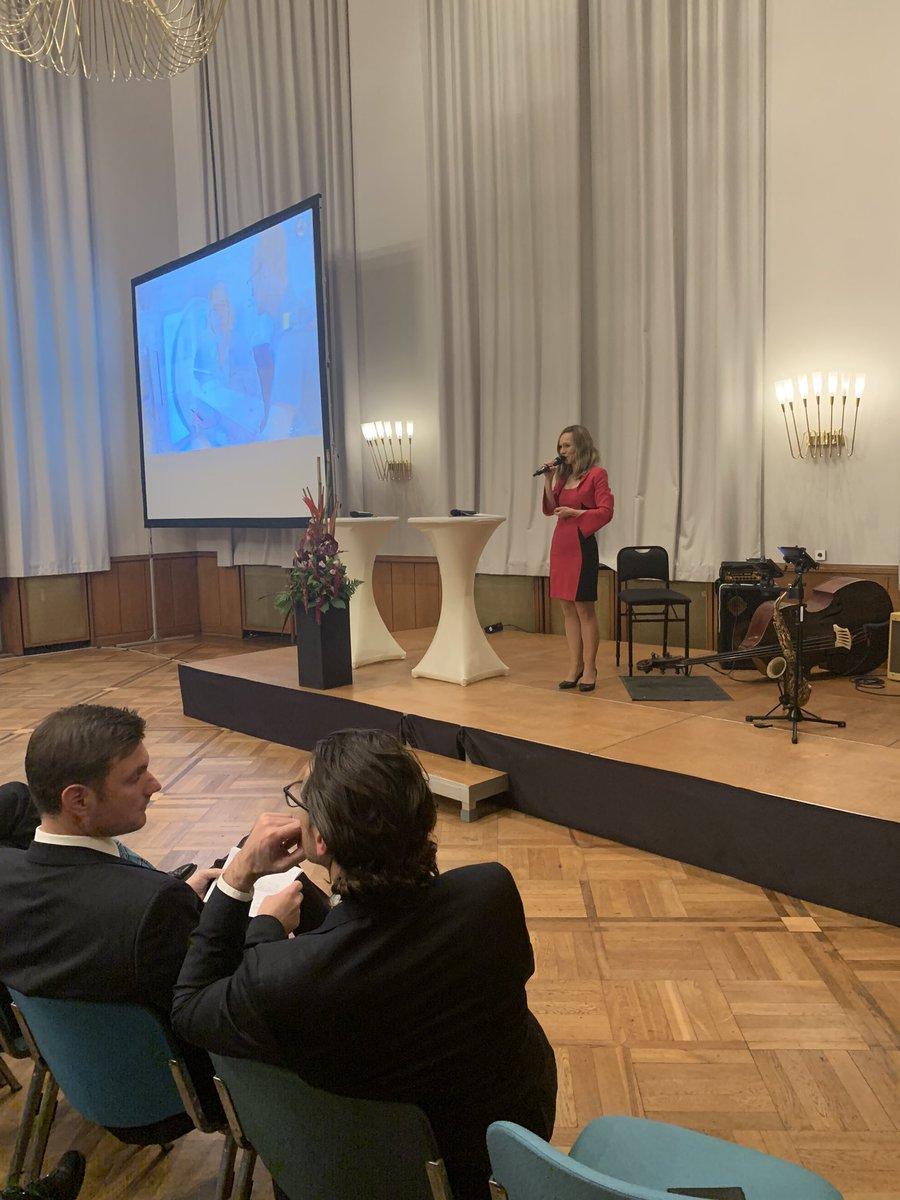 Moderation des 10-jährigen Jubiläums der Radiologische Allianz. Es war mir ein Fest! #ilkagroenewold #moderation #moderatorin #hamburg #medizin #eventmoderation pic.twitter.com/m1QQylCleW