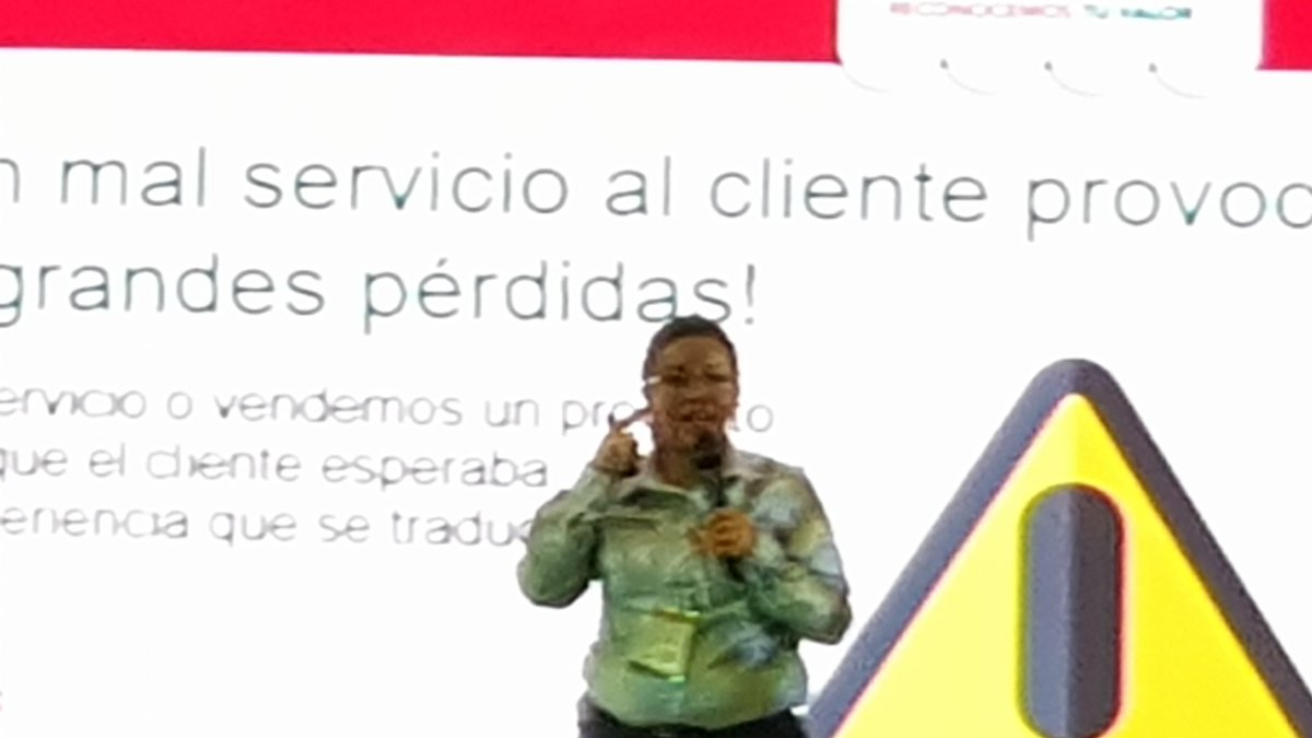 Abigail Fragoso de @cedepec presente en #expotendero en su exposicion de #atencionaclientes