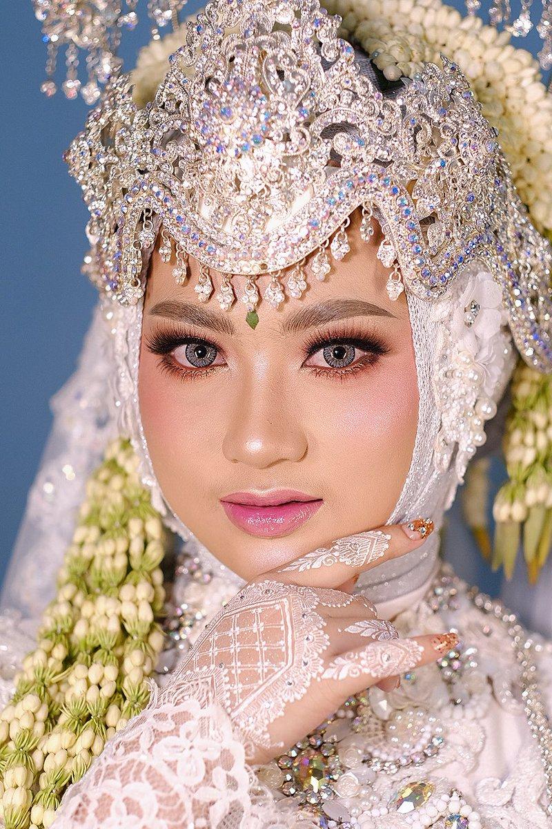 Traditional bride's  Sunda siger  Bride @evi  Makeup @miss_insan  #muakarawang #muaindonesia #traditionalbride #sundasiger #makeupartist #makeupworldwide #makeupformakeup #TrendingTopics #makeupjunkie #picoftheday #makeupbeauty #beautygirl #jaswawedding #sundasigermuslimpic.twitter.com/9rhj1ODFfn