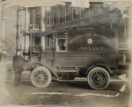 Its #ThrowbackThursday! Check out this evolution of ambulances ➡️ from horse-drawn carriages to the incredible @BOSTON_EMS! 🚑 #TBT #emergencymedicine