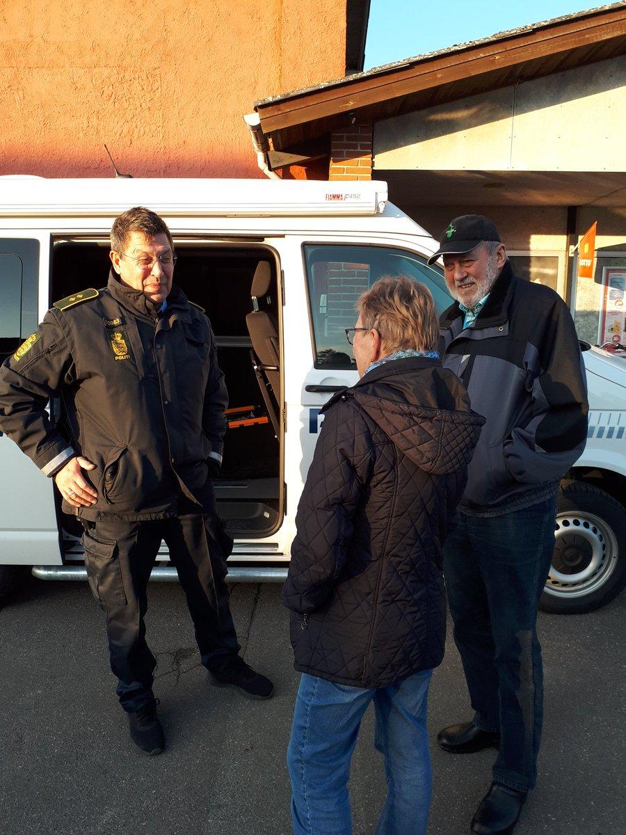 Så er der åbent i den mobile politistation. Vi holder foran købmanden i Errindlev mellem kl. 15-17. Kig endelig forbi. https://t.co/P7LD4SUotW