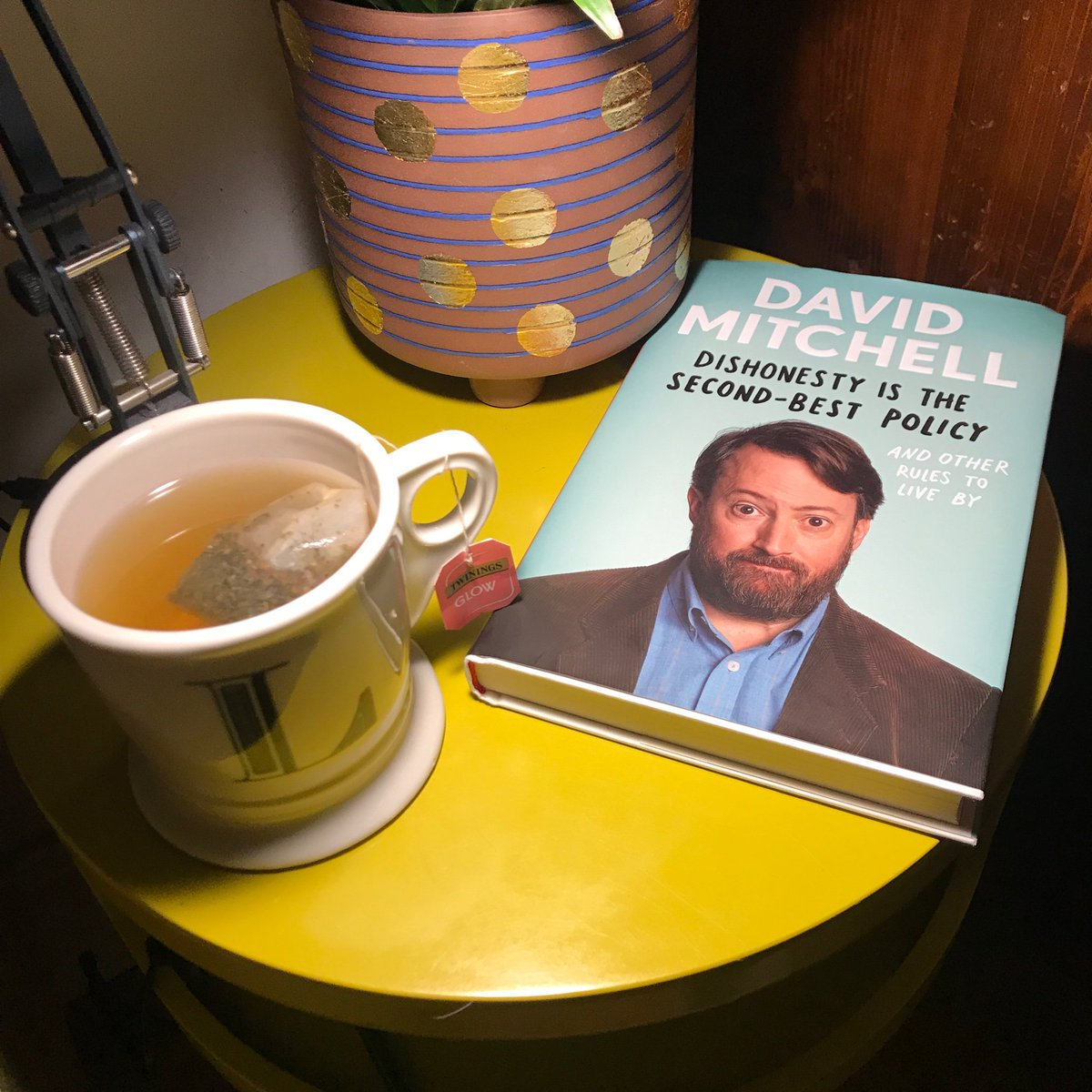 Cup of tea and a catchup with a much-loved former colleague. Congrats on the new book, @RealDMitchell - it's a delight! (tea is @TwiningsTeaUK glow. The pimms of tea. Thank me later)