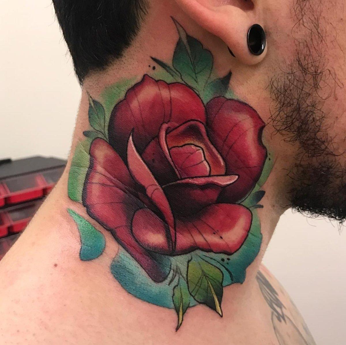 Inspiração de #tatuagem de rosa no pescoço. Gostaram? Lá no #blog tem um artigo com mais dicas de tatuagens para esta parte do corpo. Link:   #tatuagemnopescoço #tatuagemmasculina #marcodamoda #mogidascruzes #tattoo #necktattoo #tatuagemderosa