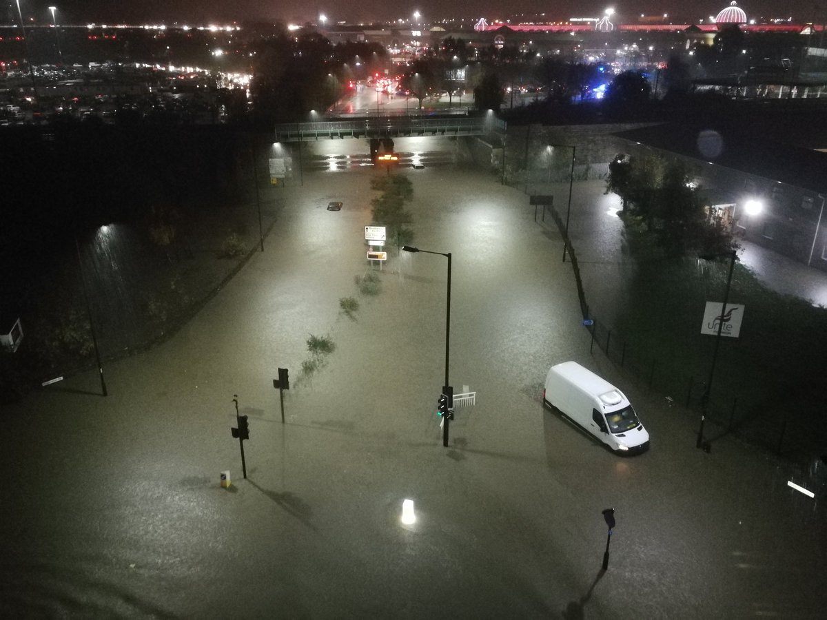Do not leave Meadowhall - South Yorkshire Police warning after flooding leaves roads around shopping centre gridlocked: bbc.in/2K0gzcU