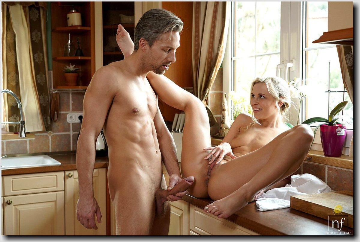 Порно муж ебет жену на столе