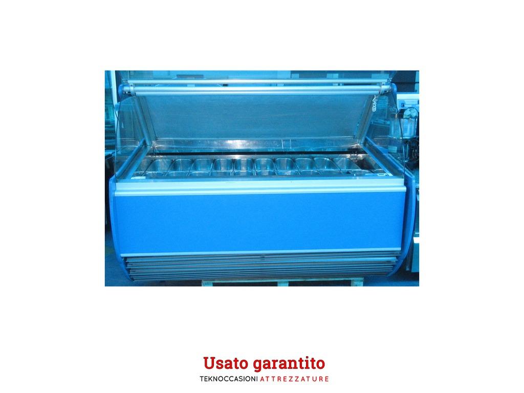 Vetrina gelato COF 20 gusti - vetro sollevabile Gaia 20 blue A 50 SP Dimensioni cm LxPxH 183x106x140 Alimentazione: 220 V Assorbimento: 4400 W Peso: 300 Kg Completa di 20 vaschette Tendina per mantenimento temperatura. Luce interna -> https://bit.ly/37w0YMg -> 2900,00 €pic.twitter.com/IOcFaa75E7