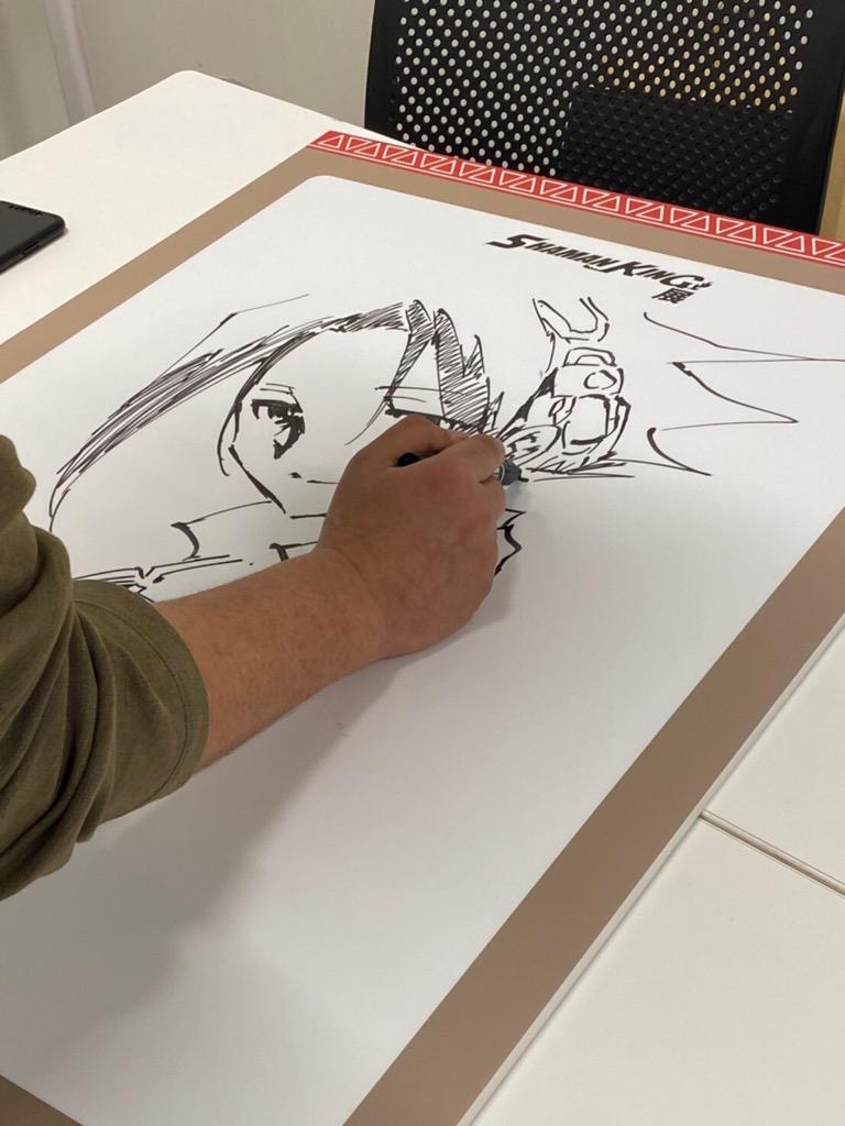 開催前日の今日は武井先生にもご来場頂き、展示パネルに生イラストとサインを頂きました。いよいよ明日からのシャーマンキング展内で展示されます!▼シャーマンキング展公式サイト