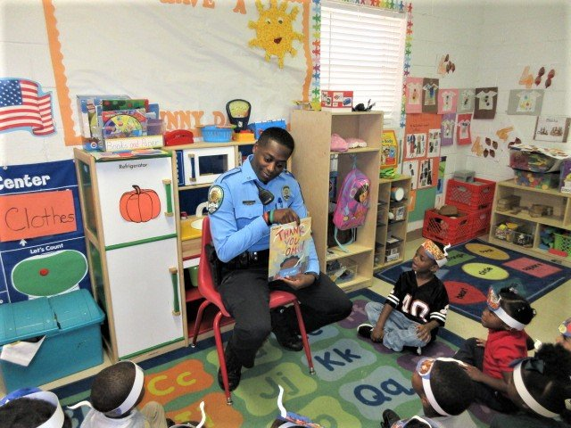 @KennerPolice #ReadForTheRecord ! Thank you to @STEM_WASHINGTON and Kenner Head Start for allowing our officers to come out and read to and visit with your students! #KPD #ReadForTheRecord #KennerSchools #ThankYouOmu