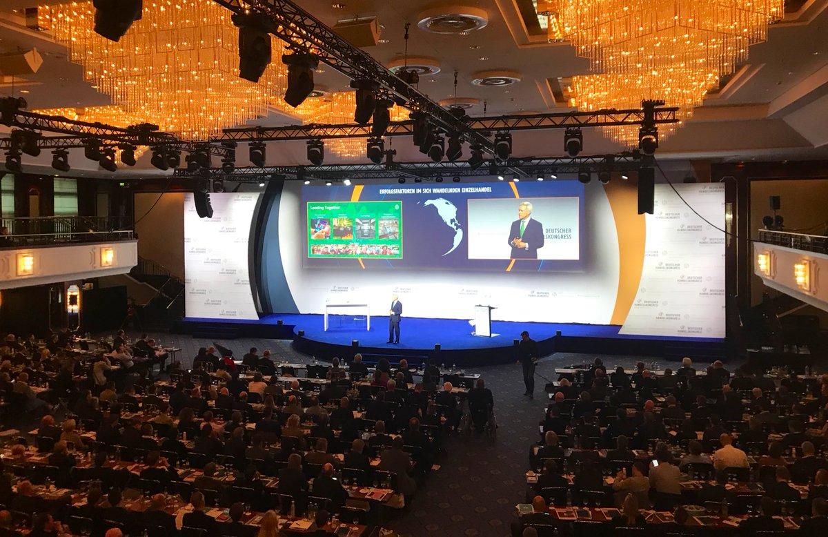 In seinem Vortrag 'Erfolgsfaktoren im sich wandelnden #Einzelhandel' gibt Frans Muller, CEO von @AholdDelhaize Einblicke in sein Unternehmen. Im Talk mit @dunjahayali wird u.a. auch das Thema #Nachhaltigkeit diskutiert. #dhk19 #Handel @Managementforum @handelsverband https://t.co/nZFSzr6bol
