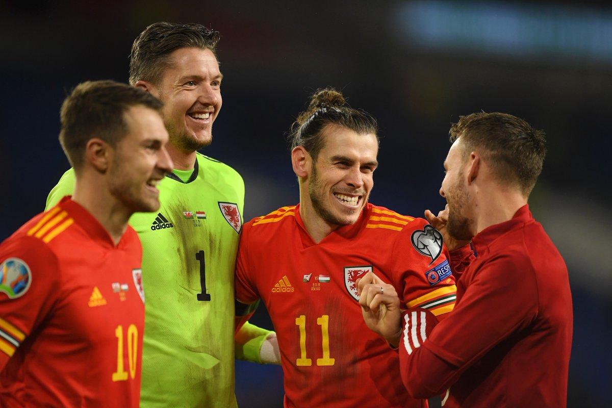 🏴物議🇪🇦歓喜の渦中で…ベイル、あるバナーを前に満面の笑み「ウェールズ、ゴルフ…」🗣編集部より「ウェールズ代表がEURO本戦出場を決めた試合後、ベイルとチームメイトが見せた行動が物議を醸しています」