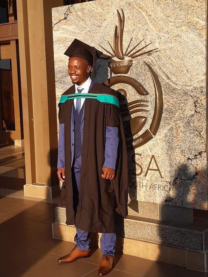 COMING UP on #SoundbiteOfTheDay  A taxi driver from Tembisa has graduated with a degree in education from UNISA.  Pelican Khumalo was making about R700 a week from driving a taxi and paid R2000 a month for tuition fees.  #TheGlenzitoSuperDrive 3-6pm weekdays