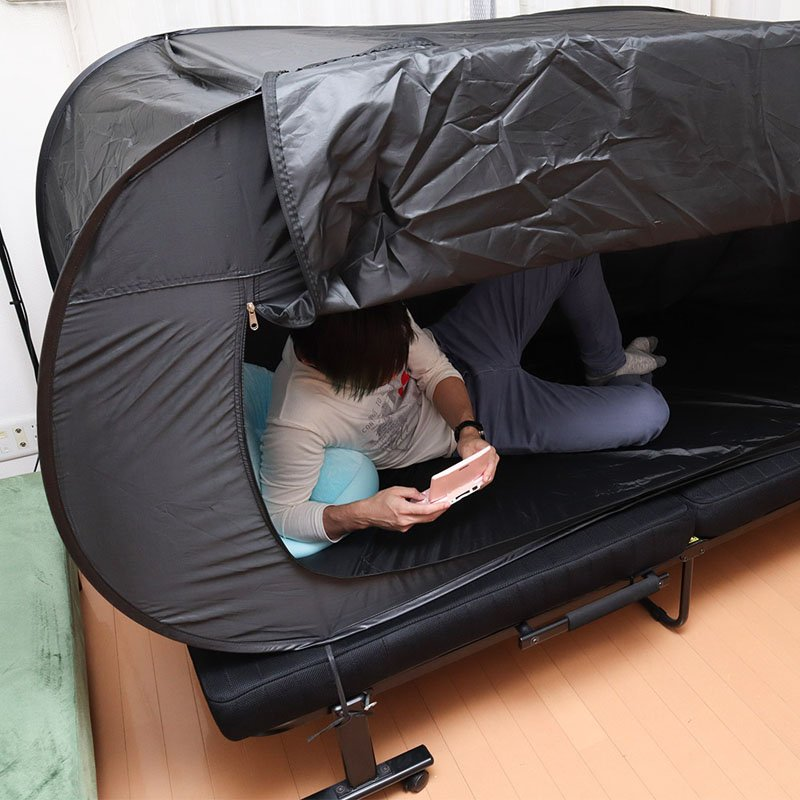また新たなダメ人間製造機が……ベッドの上に固定できる「ベッドdeテント」がマッハでダメになれそう @itm_nlab