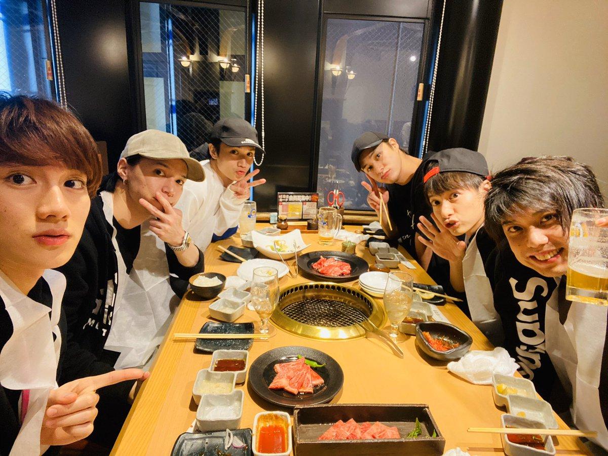 明日からの戦いに備えてお肉食べてきたよ。おそ松さん3、明日からはじまるぞー!!楽しみだね!!