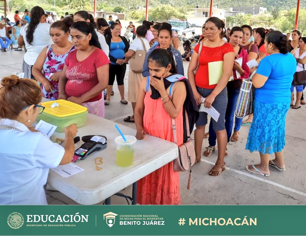 Trabajamos para que las niñas y niños 👧🏽👦🏽tengan la oportunidad de seguir con sus estudios y cumplir sus sueños📝  Entregamos becas de #EducaciónBásica en los municipios de: 🔹Arteaga 🔸Acachuen 🔹Uruapan #Michoacán  #EducarParaTransformar #BecasBenitoJuárez 📚