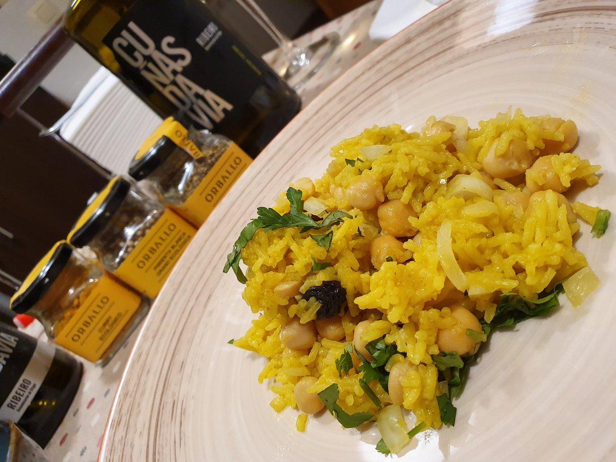 Por fin es #miercolesdevino !!! Y esta vez brindamos con @cunasdavia Y un platazo de #arroz al #curry al estilo tibetano de @chusnenalinda especiado con @Orballo_eco 😋😋😋😋😋🥰 . . . . . #asidagusto #comoencasaenningunsitio #comomevoyaponer #wines #vigo #galicia #food #home