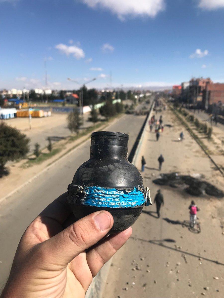 """Hablan de sus muertos de ayer como """"jóvenes combatientes"""". Dicen que """"con muertos no habrá paz"""". Los llaman """"héroes de la democracia"""" y que """"El Alto de pie, nunca de rodillas"""". Gritan """"gloria a nuestros mártires"""". #Bolivia #Senkata"""