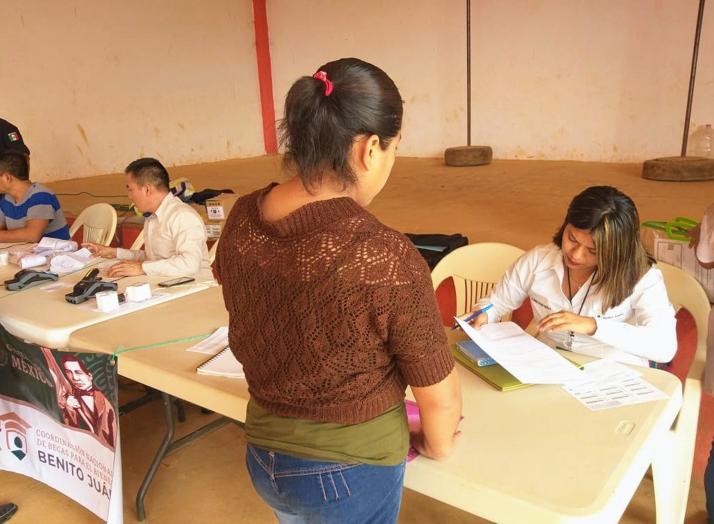 Con el propósito de fomentar la asistencia y terminación de #EducaciónBásica se llevo a cabo la entrega de becas de #BienestarParaLasFamilias 👨👩👦👦 en los municipios:  ▪Huichapan  ▪Huazalingo  ▪ Tlanchinol ▪Epazoyucan   #BecasBenitoJuarez 📚