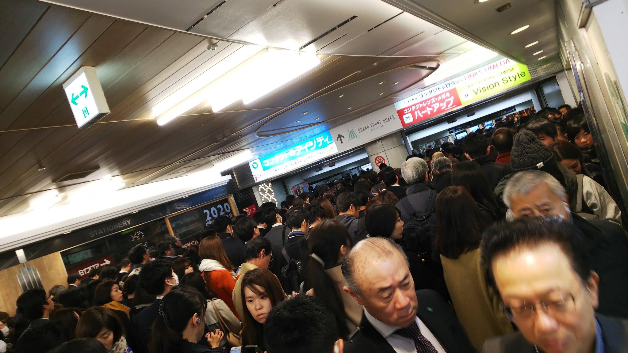 御堂筋線の梅田駅がトラブルで混雑している画像