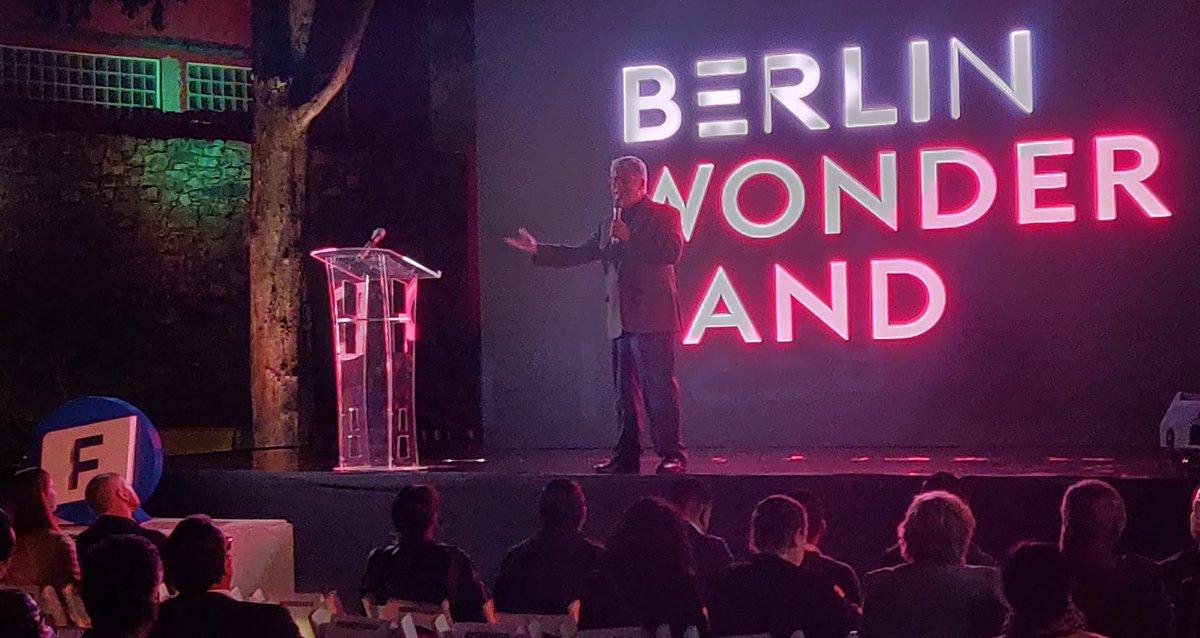 El sueño de la libertad debe defenderse, no por sus resultados económicos, sino porque vivir en libertad es la única forma digna de vivir. - @SergioSarmiento en la inauguración de la exposición Berlín Wonderland con la @FNFMexico #BerlinWall30
