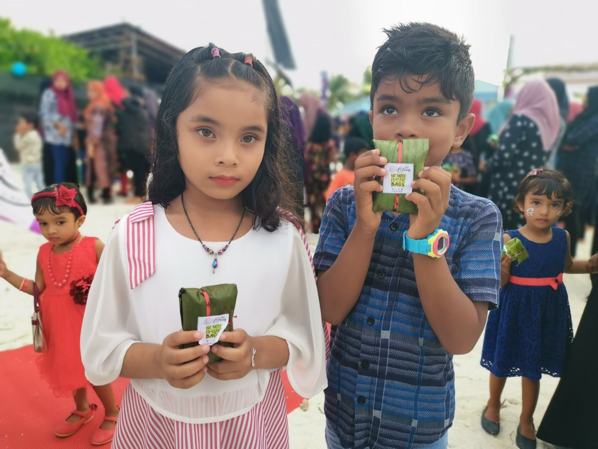We use Banana leaves as natural packaging to reduce plastic use.🌏🌱💚 @UNICEFMaldives @MoEnvmv @UNEP #NoMorePlasticBags #GoGreen #WorldChildrensDay2019 #MiddleSportsClub #HaDhidhdhoo