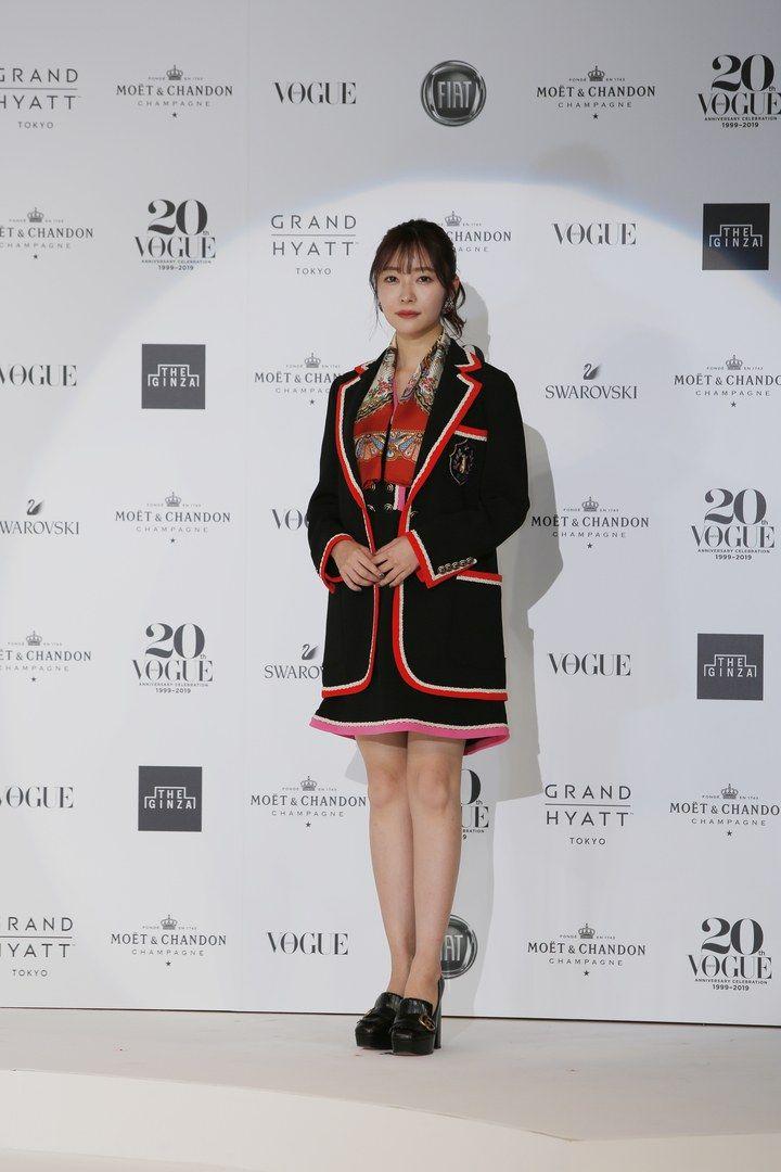 #ウーマンオブザイヤー2019 受賞者たちの華やかなスタイリングをチェック!指原莉乃さんの衣装は赤いパイピングが施されたグッチのドレス&シューズ。首に巻いたスカーフや大振りのイヤリングもグッチで統一。@345__chan