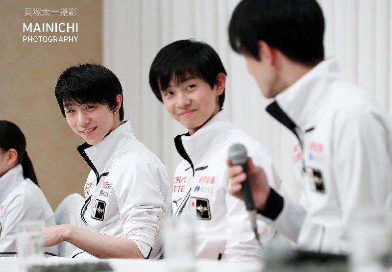 #NHK杯フィギュア の公式練習。記者会見で自分を憧れだと言う #山本草太(右)選手を見つめる #羽生結弦 選手。写真特集を更新中です→#フィギュアスケート #フィギュア