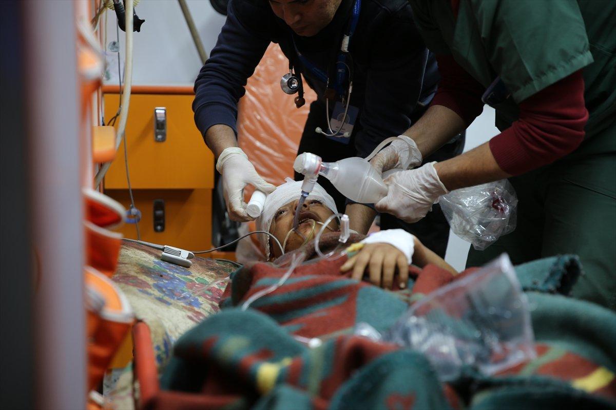 İran destekli grupların, Suriye'nin İdlib kentinde bir sığınmacı kampına düzenlediği füze saldırısında yaralanan dört kişi Türkiye'ye getirildi.  #suriye #idlib #türkiye #syria #iran