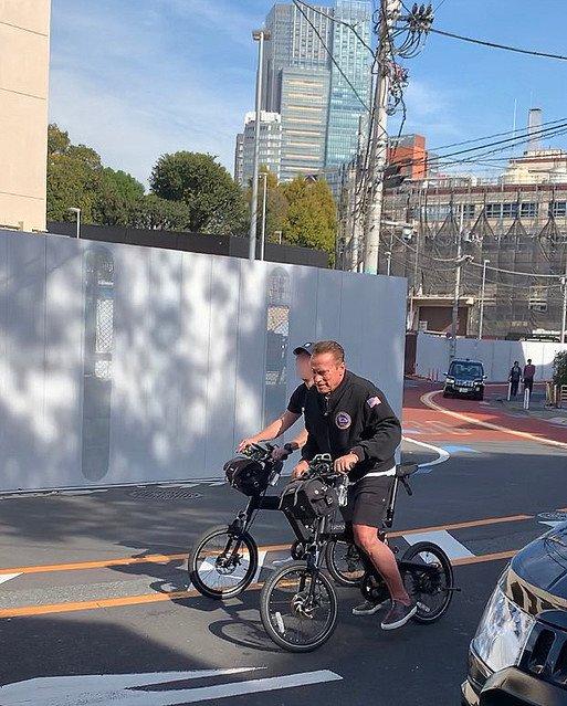 10000RT:【お茶目】アーノルド・シュワルツェネッガー、自転車で六本木を爆走記念撮影に応じながら楽しげに街を回ったそう。シュワちゃんの速さに付き人が全く追いつけない一幕もあったとのこと。