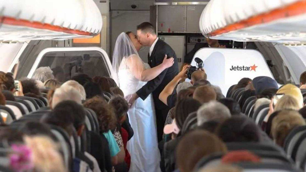 'The most amazing experience': Couple ties the knot 37,000 feet in the air