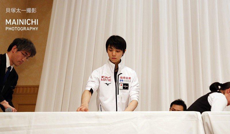 #NHK杯フィギュア の公式練習後の記者会見が終わると、#羽生結弦 選手は一人舞台上に残って従業員の撤去作業を手伝いました。写真特集を更新中→#フィギュアスケート #フィギュア