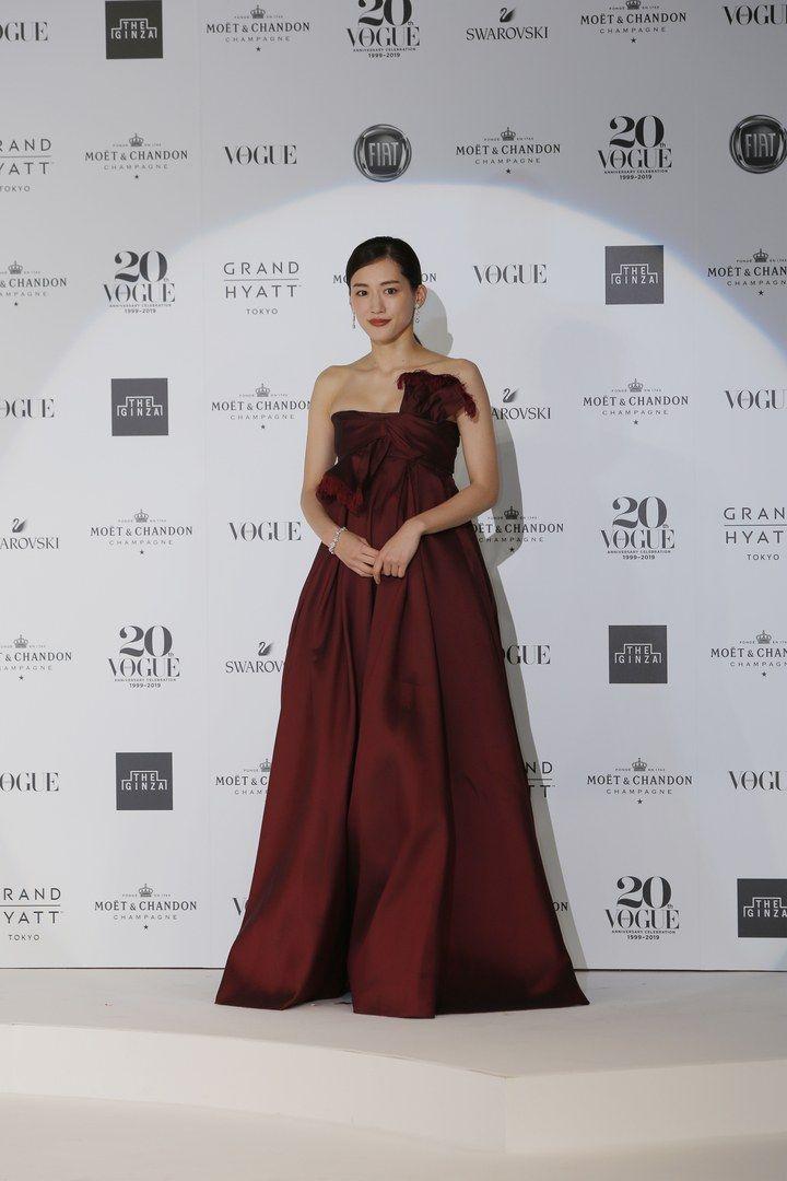 #ウーマンオブザイヤー2019 受賞者たちの華やかなスタイリングをチェック!綾瀬はるかさんはタイトなトップとボリューム感のあるボルドーカラーのディオールのドレスとジミーチュウのシューズ。ジュエリーは、ヴァン クリーフ&アーペル。