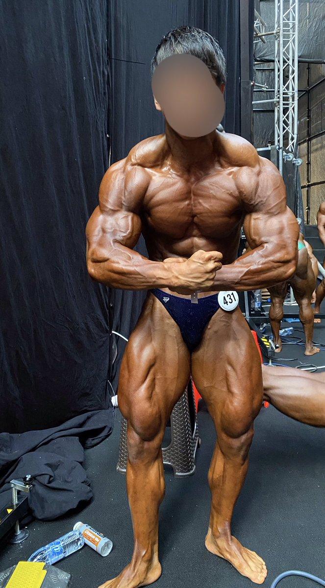 アイアム モストマスキュラー。世界大会のステージ裏での写真。力みで顔がとんでもねえことになってたから隠させて。今日もトレーニング前にコアラのマーチ食べてしまった 大会終わってから20箱以上は確実にたべた🐨