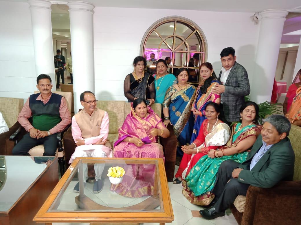 आज नई दिल्ली में राज्यसभा सांसद श्रीमती @SampatiyaUikey के पुत्र के विवाह समारोह में भाग लिया।सतेंद्र और शेफाली, आप दोनों पर ईश्वर की कृपा सदैव बनी रहे और आपके वैवाहिक जीवन में सुख और समृद्धि आये, यही शुभकामनाएँ!
