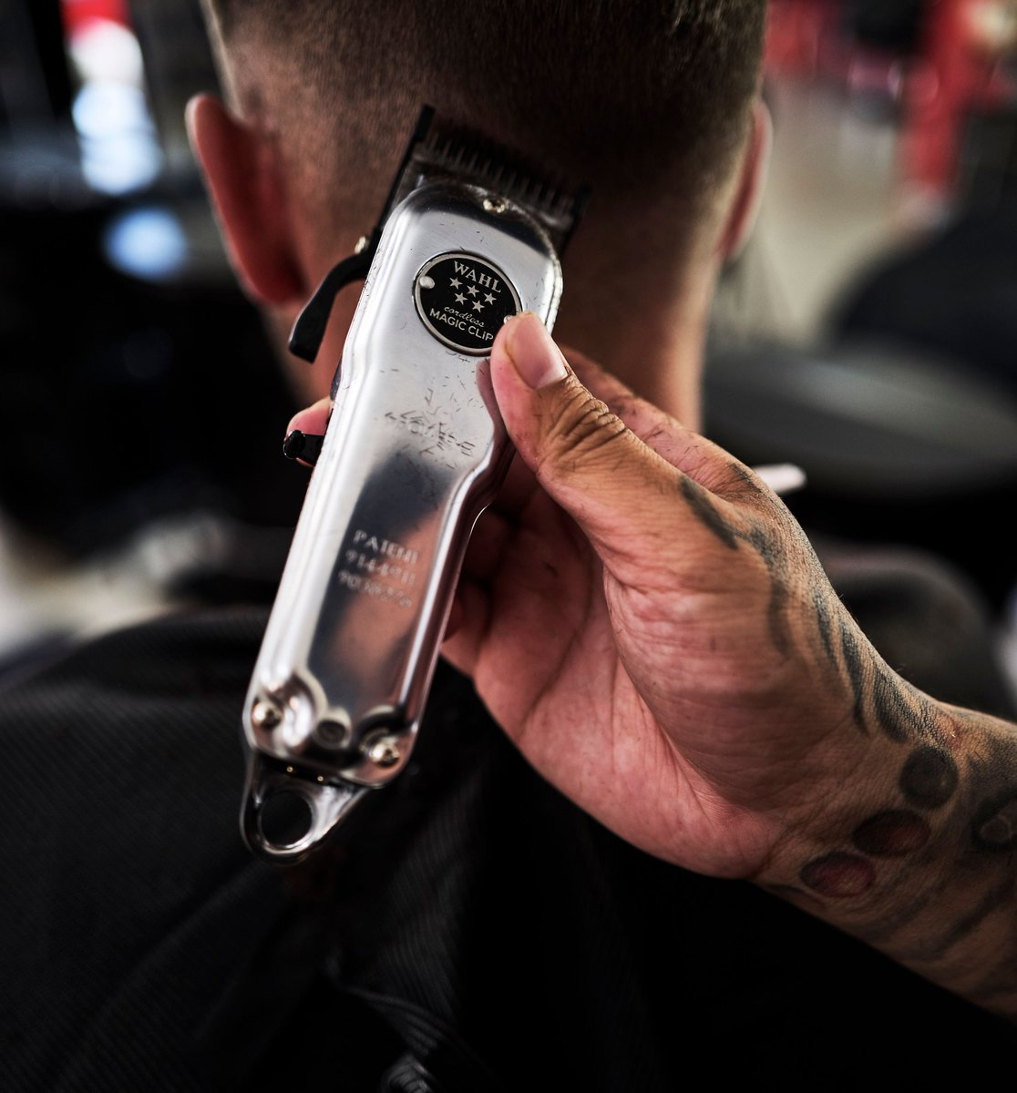 We can't stop staring...The Limited Edition Wahl 56437 All Metal 5 Star Cordless Magic Clip! #GetYourHandsonWahl  #wahlbarbers #wahlprocanada #barbershop  #wahloffamepic.twitter.com/bEdB3dT1iB