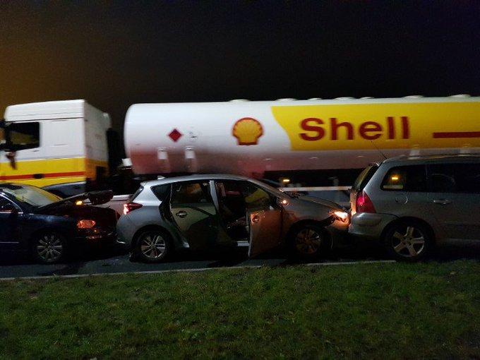 Poeldijk Nieuweweg Aanrijding letsel 4 voertuigen Hou rekening met vertraging omleiding. https://t.co/NhScfVH8Fx