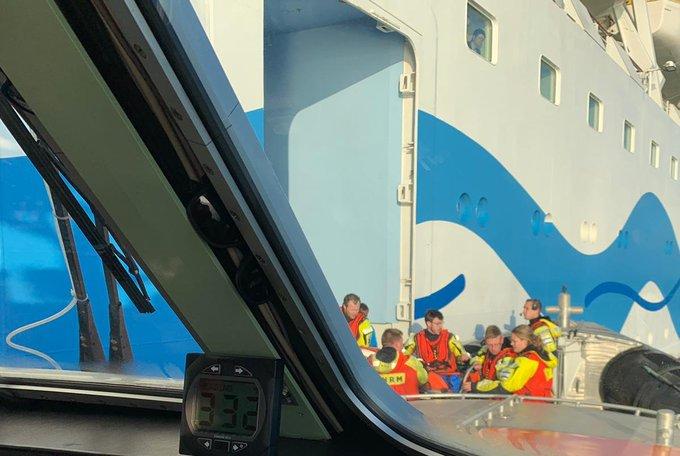 RT @Strandweernu: Nachtelijke evacuatie van Tholens visserschip https://t.co/k4iJThZoR4 https://t.co/ZH1OyHRFZ3