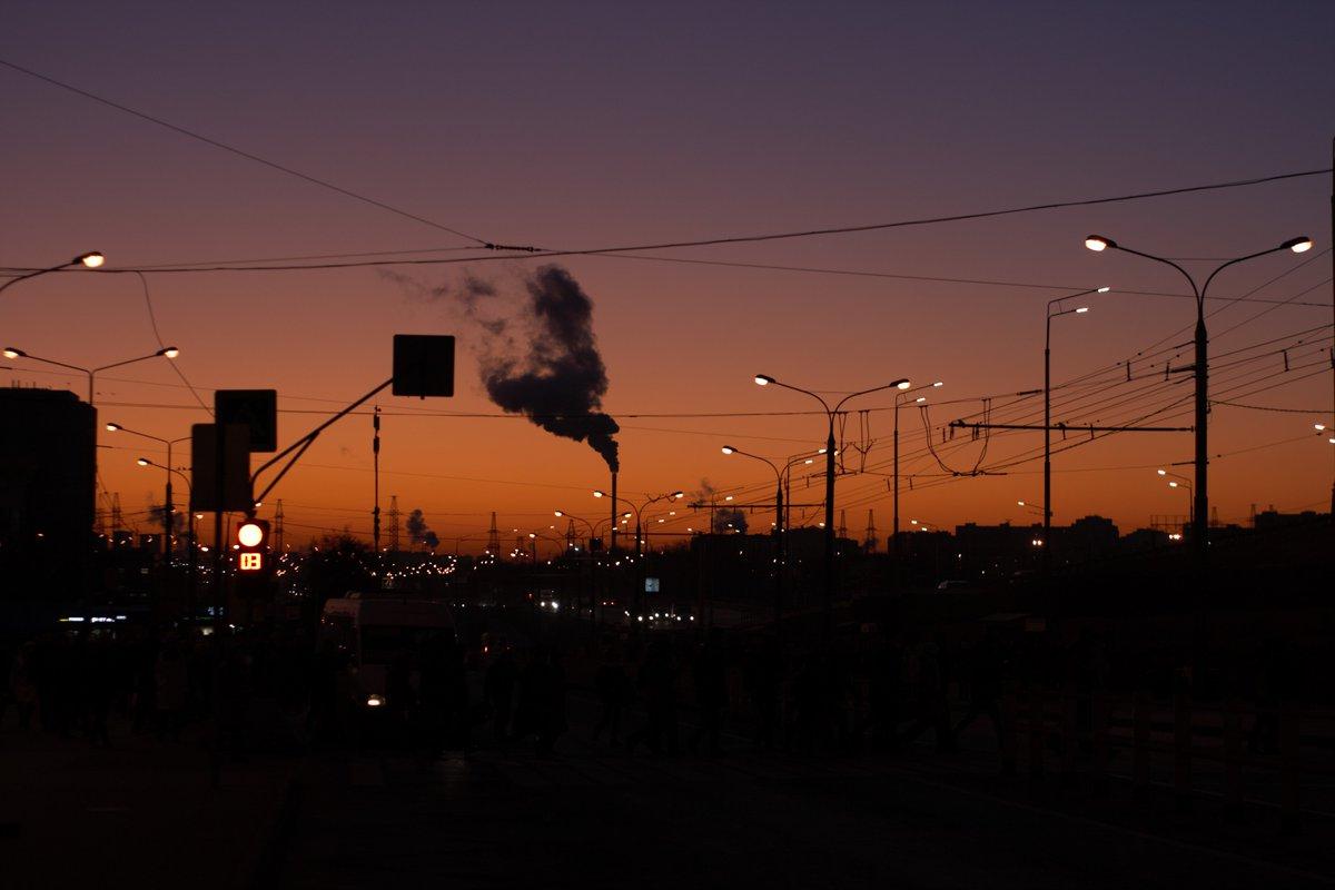 """Контраст на рассвете"" ""Contrast at dawn""  Canon EOS 400D Объектив, Lens: YongNuo AF 50mm f/1.8 II Canon EF ISO: 100 Диафрагма, Diaphragm: f/2.5  #утро #morning #dawn #рассвет #контраст #contrast #тепло #warm #warmcolors #orange #smoke #дым #небо #фонари #lanterns #city #город"