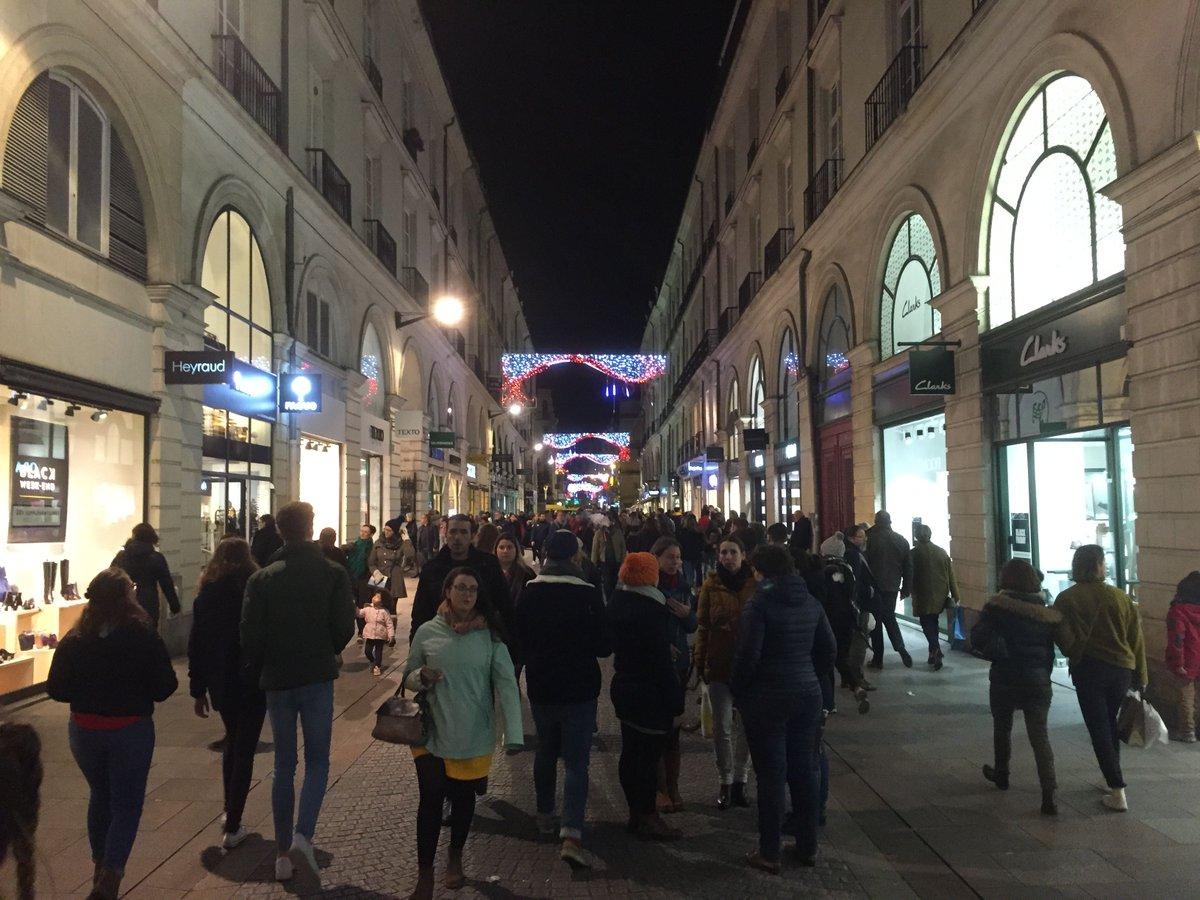 Lancement officiel des fêtes de #noël au #CentreVille de #Nantes ce 📅 vendredi 22 novembre avec cette année du nouveau : un espace couvert place Royale pour grignoter, un bar à huîtres et un stand du #FCNantes 🎅 🎄 🎁 #NantesCentreVille #Xmas