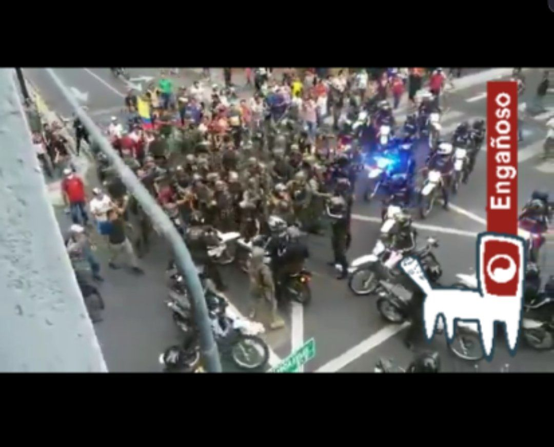 #EngañosoSe difunde por WhatsApp video de enfrentamiento entre grupos de policías y militares. Se indica que fue grabado en Barquisimeto o en Caracas, Venezuela, de acuerdo a la versión de la cadena difundida.El video fue grabado el #9Oct en Guayaquil, Ecuador.#CazamosFN