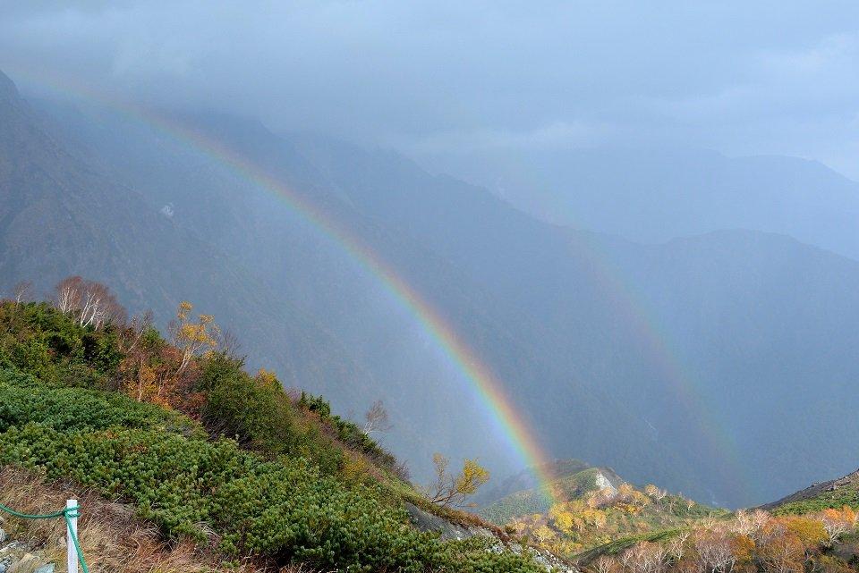 ■ 第五十八候「虹蔵不見 (にじかくれてみえず)」11/22~11/26 ■ 七十二候が小雪の初候に変わり、虹を見かけなくなる頃となりました。陽の光が弱まり空気が乾燥するこの時季は、虹が現われる条件が少なくなります。https://www.kurashi-no-hotorisya.jp/blog/4seasons-things/72seasonal-signs/sign58.html… #七十二候 #虹蔵不見 #にじかくれてみえず #虹 #冬の虹 #冬