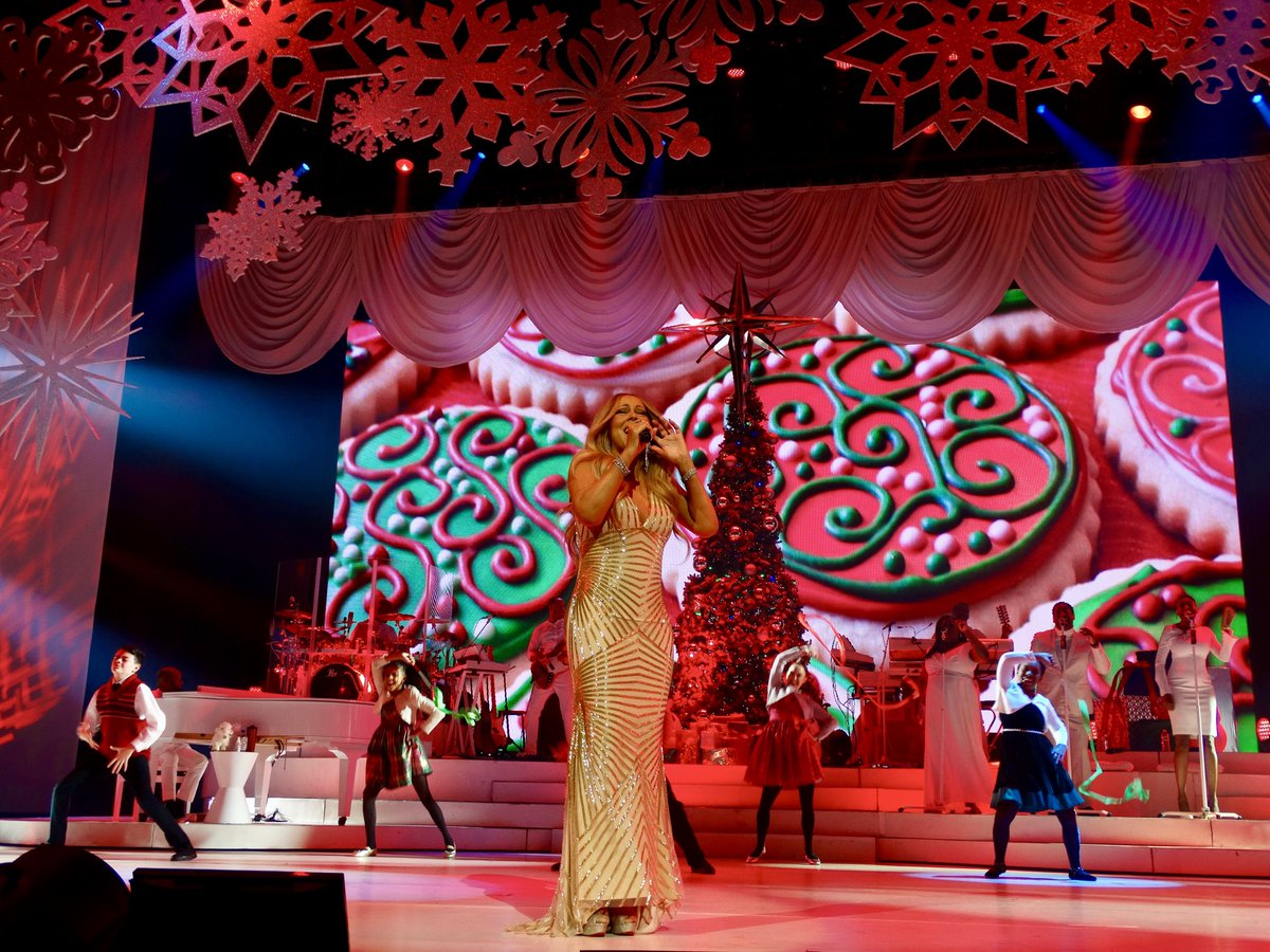 It's officially the 22nd in #LASVEGAS!!!! Which means @MariahCarey returns to @ColosseumatCP TODAY!!! 😍 Thrilled, Pumped, Overjoyed!!! I'm feeling all of it!! ☃️❄️ #FlashbackFriday to last time Mimi was at the Colosseum (2017) for her Christmas show! #alliwantforchristmasisyou
